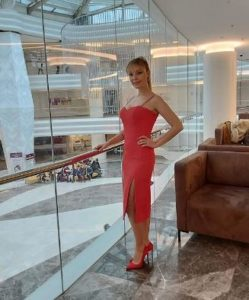 Mucize Doktor Kıvılcım kırmızı elbisesi hangi marka