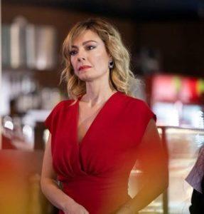 Mucize Doktor Kıvılcım kırmızı elbise