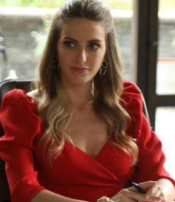 Sen Çal Kapımı Selin kırmızı elbise