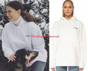 Demet Özdemir beyaz sweatshirt