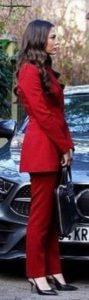 Demet Özdemir kırmızı takım elbise